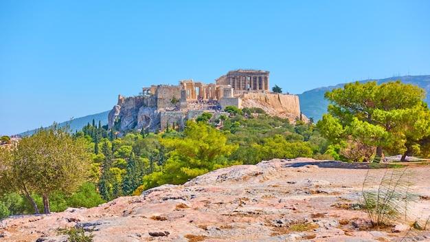 Vue panoramique sur l'acropole d'athènes depuis la colline des nymphes le jour ensoleillé d'été, grèce - paysage grec