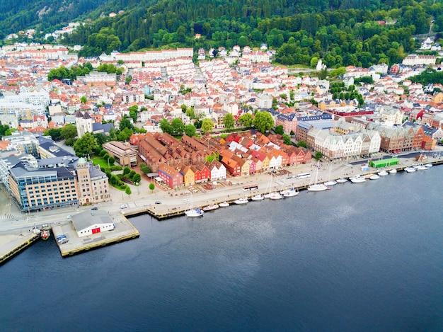 Vue panoramique aérienne de bryggen. bryggen est une série de bâtiments commerciaux dans le port de vagen à bergen, en norvège.