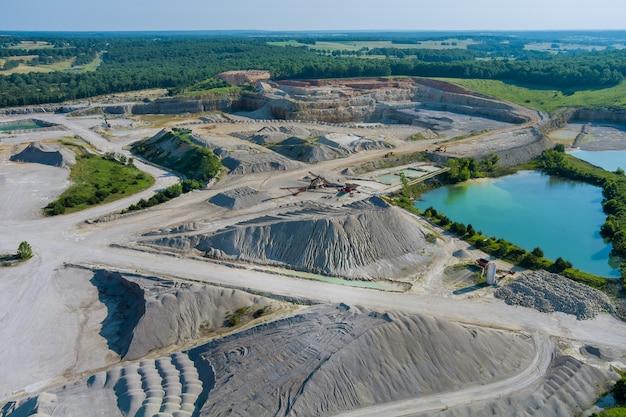 Vue panoramique aérienne des carrières à ciel ouvert extraction de mines avec travaux d'équipement de machines