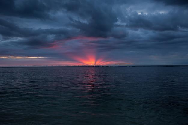 Vue panoramique aérienne du coucher du soleil sur l'océan.