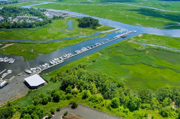 Vue panoramique aérienne du port doc pour de nombreux bateaux flottant près de l'océan aux etats-unis