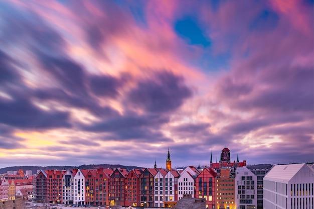 Vue panoramique aérienne de l'église saint mary et de l'hôtel de ville au coucher du soleil dans la vieille ville de gdansk