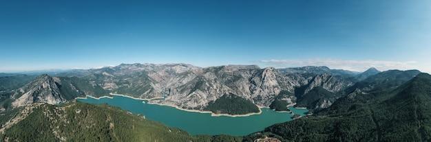 Vue panoramique aérienne montagne, eau, végétation