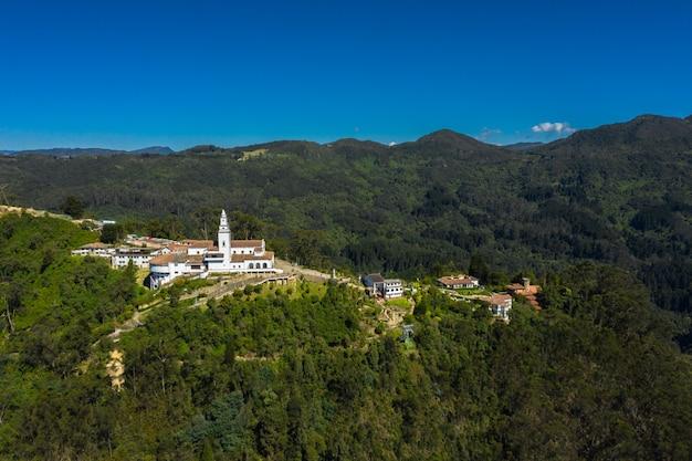 Vue panoramique aérienne de la montagne de montserrat en colombie.