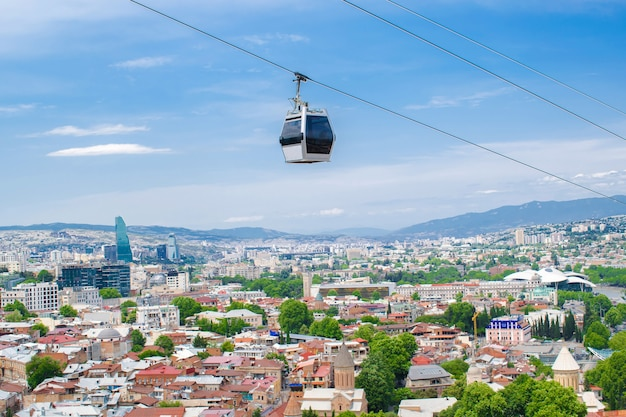 Vue panoramique aérienne de la vieille ville de géorgie tbilissi avec téléphérique, funiculaire en gros plan sur une journée ensoleillée avec des toits de bâtiments de rivière, de mosquée et d'architecture.
