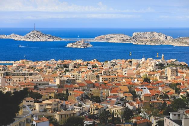 Vue panoramique aérienne de la ville de marseille avec des voiliers sur la mer méditerranée en été.