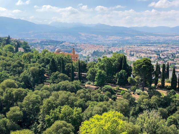 Vue panoramique de l'alhambra dans la ville de grenade, espagne pendant la journée ensoleillée.
