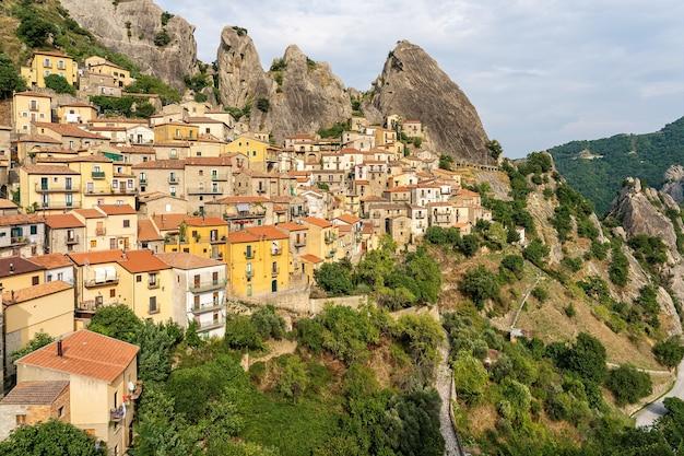 Vue panoramique de l'ancien village de colline de gallipoli cognato regional park en italie