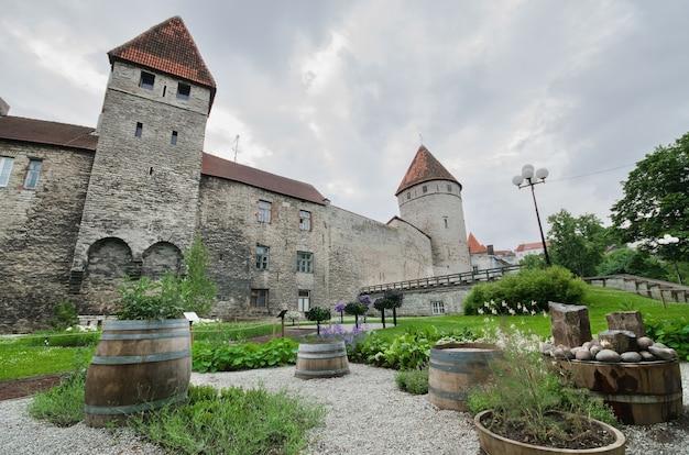 Vue panoramique sur les anciens remparts de la cité médiévale de tallinn, en estonie.