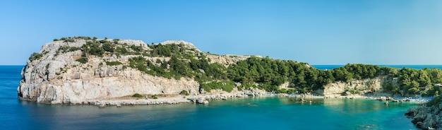 Vue panoramique sur la baie d'anthony quinn sur l'île de rhodes