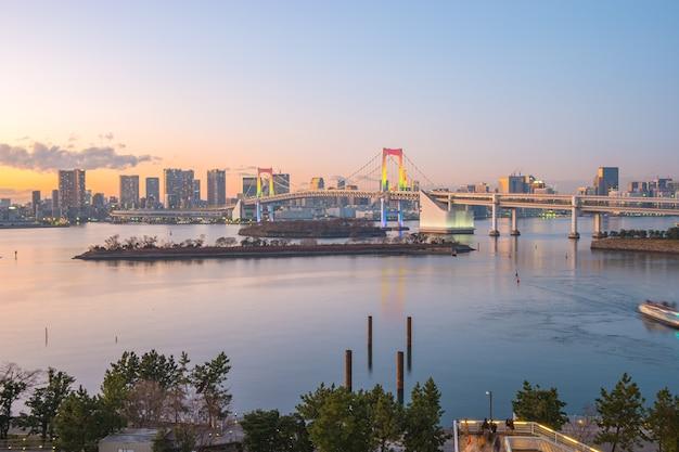 Vue panoramique de la baie de tokyo au crépuscule dans la ville de tokyo, japon.