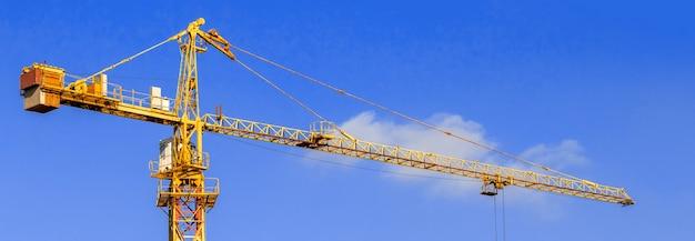 Vue panoramique de la bannière de la grue à tour de construction sur un fond de ciel bleu pohto