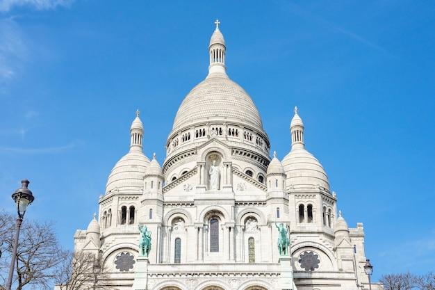 Vue panoramique de la basilique du sacré-coeur de paris avec un ciel bleu nuageux en arrière-plan