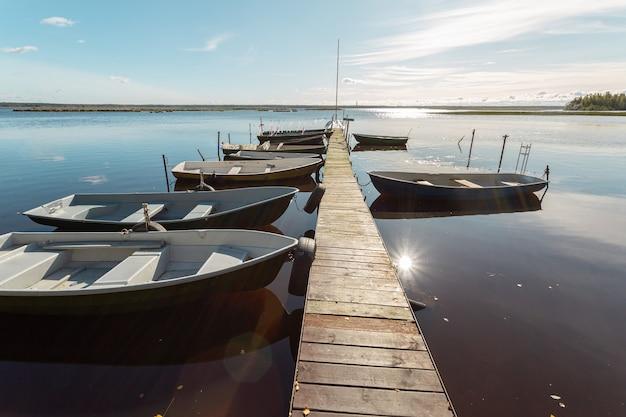 Vue panoramique sur les bateaux de pêche à l'ancienne jetée en bois dans le village de pêcheurs russe.