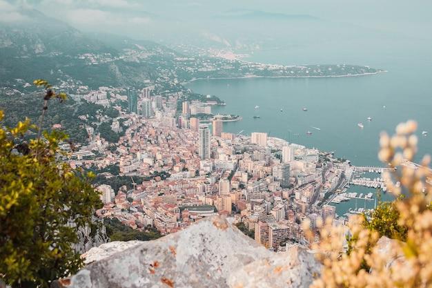 Vue panoramique sur les bâtiments de la baie du port de monaco et la côte depuis le sommet de la montagne