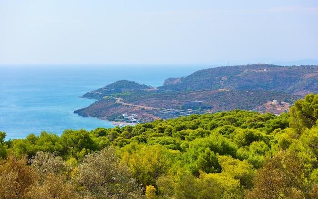 Vue panoramique sur le bord de mer de l'île d'egine, agia marina, îles saroniques, grèce