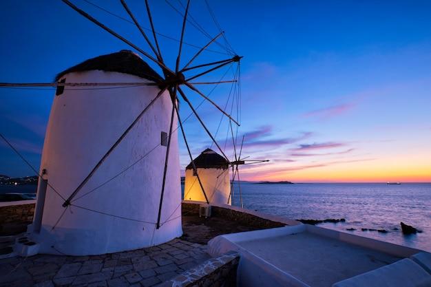 Vue panoramique sur les célèbres moulins à vent de la ville de mykonos chora.