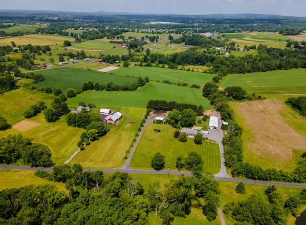 Vue panoramique sur les champs agricoles de la hauteur du paysage agricole magnifique