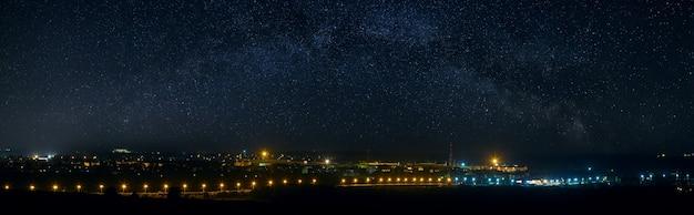 Vue panoramique sur le ciel étoilé au-dessus de la ville