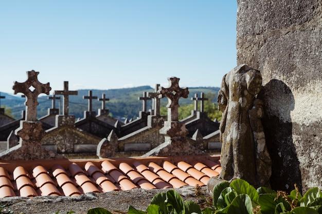Vue panoramique d'un cimetière gaélique dans le village espagnol de galice. mode de vie à la campagne. lieu de culte pour les catholiques. mémorial de la pierre tombale aux amoureux de la mort. concept de cimetière.