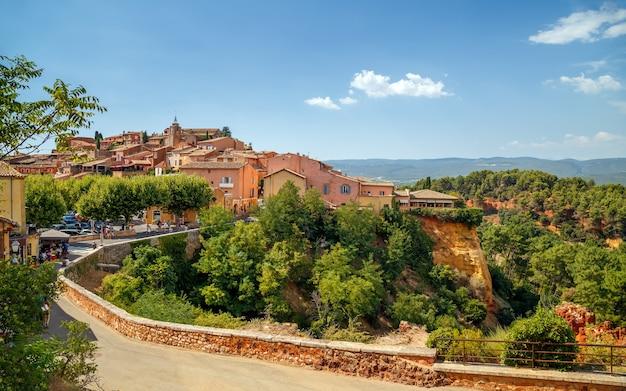 Vue panoramique sur une colline village ocre médiéval de roussillon provence vaucluse france