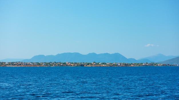 Vue panoramique sur la côte de l'île d'égine depuis la mer, îles saroniques, grèce