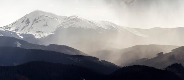 Vue panoramique à couper le souffle sur les magnifiques montagnes brumeuses des carpates