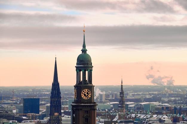Vue panoramique de dancing towers sur hambourg sous la neige un jour brumeux en hiver