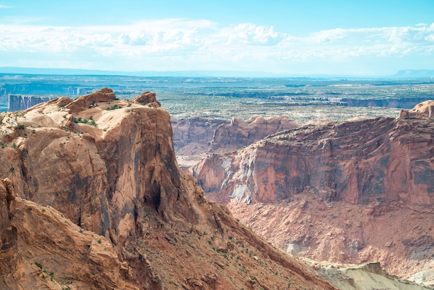 Une vue panoramique dans le parc national de canyonlands dans l'utah
