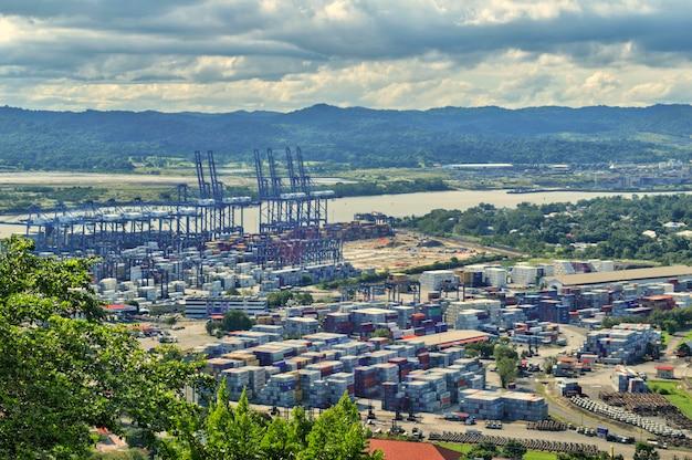 Vue panoramique depuis la colline d'ancon de conteneurs avec montagnes et ciel bleu en arrière-plan