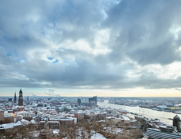 Vue panoramique depuis les tours de danse sur hambourg sous la neige en hiver