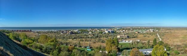 Vue panoramique de dessus du village de villégiature de koblevo près d'odessa, en ukraine, par une journée de printemps ensoleillée