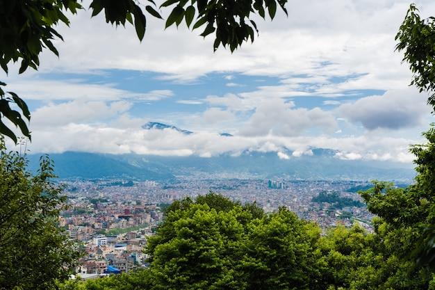 Vue panoramique de dessus de la ville de katmandou, capitale du népal. arbres au premier plan, stock photo.