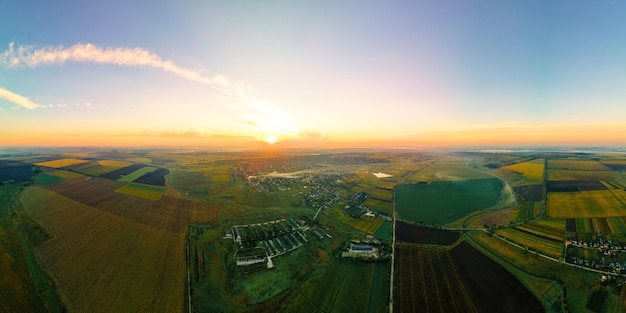 Vue panoramique de drone aérien de la nature en moldavie au coucher du soleil. village, vastes champs, lac