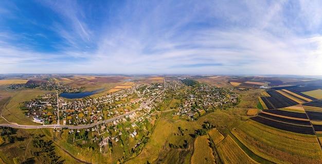 Vue panoramique de drone aérien de la nature en moldavie. village, lacs, vastes champs