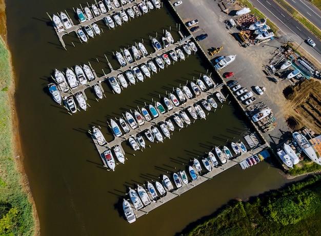 Vue panoramique de drone à grand angle de la belle marina à jetées de bateaux de plage