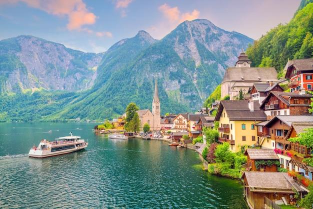 Vue panoramique du célèbre village de hallstatt en autriche, alpes. l'europe 
