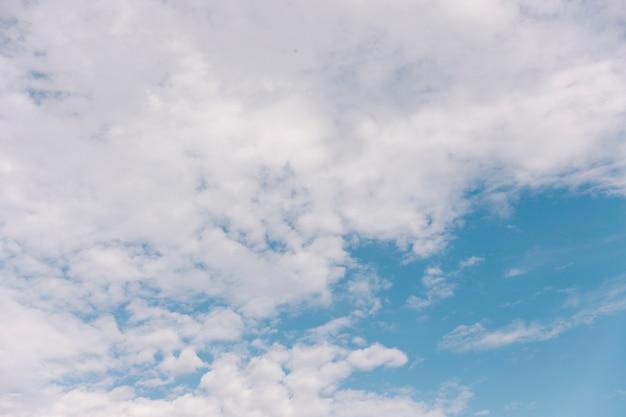 Vue panoramique du ciel nuageux en été