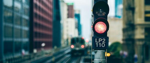 Vue panoramique du feu de circulation ferroviaire surélevé