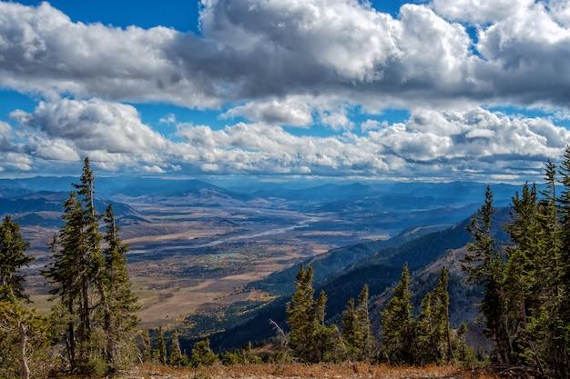 Vue panoramique du haut de rendezvous mountain dans le parc national de grand teton