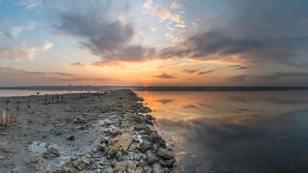Vue panoramique du lac salé au coucher du soleil