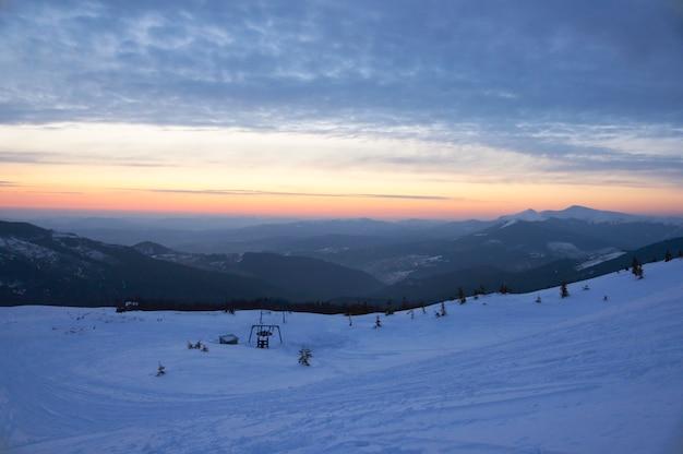 Vue panoramique du lever du soleil dans la vallée de la montagne avec remontée mécanique