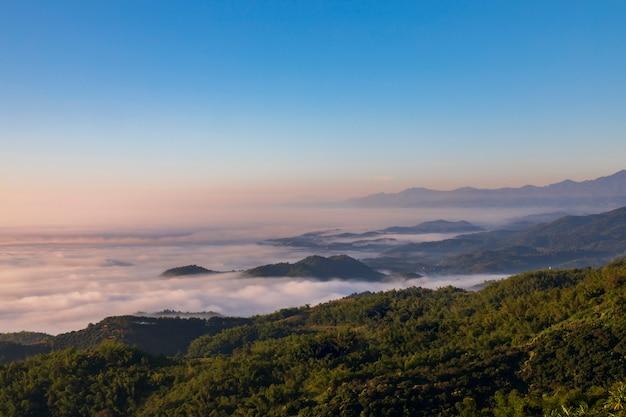 Vue panoramique du lever de soleil coloré dans les montagnes thaialnd