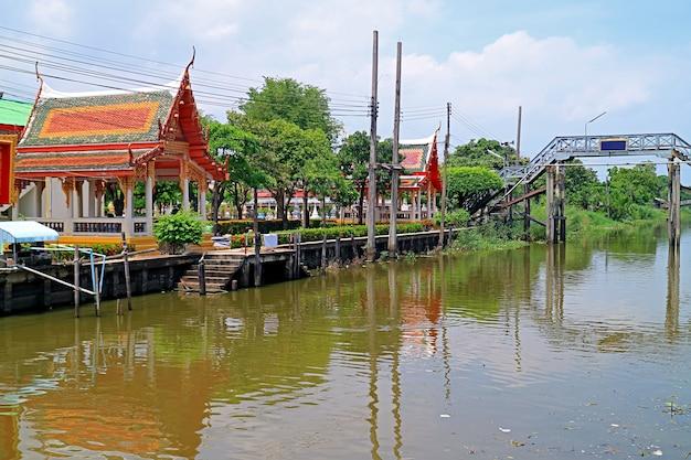 Vue panoramique du pavillon de la jetée du temple bouddhiste le long d'un canal de campagne