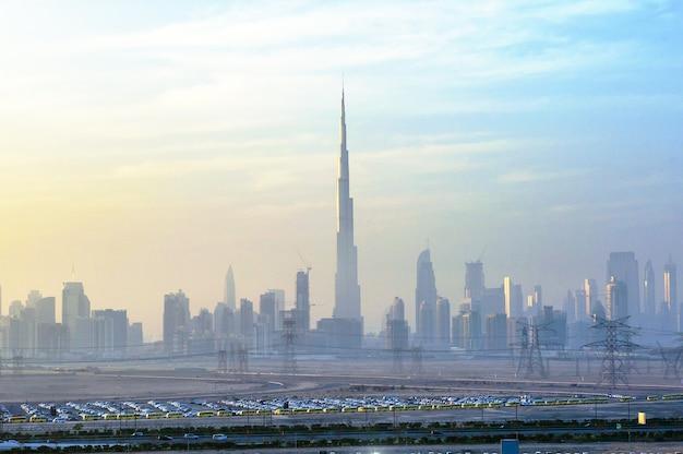 Vue panoramique du paysage urbain du centre-ville de dubaï depuis le pont meydan la nuit