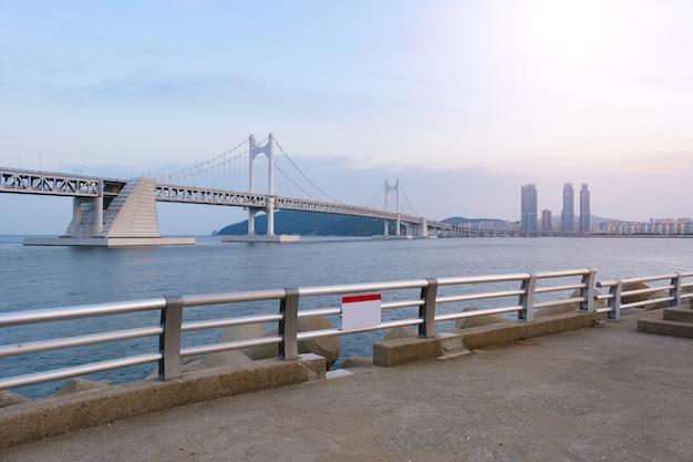 Vue panoramique du pont busan gwangandaegyo (pont de diamant) à la plage de haeundae à busan en corée.