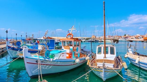 Vue panoramique du port d'egine avec de vieux bateaux de pêche, îles saroniques, grèce