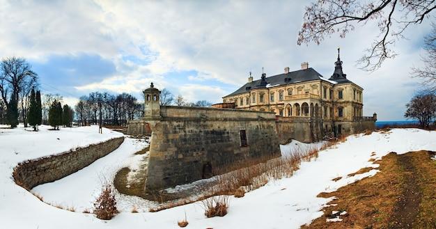 Vue panoramique du printemps sur le vieux château de pidhirtsi (ukraine, région de lvivska.