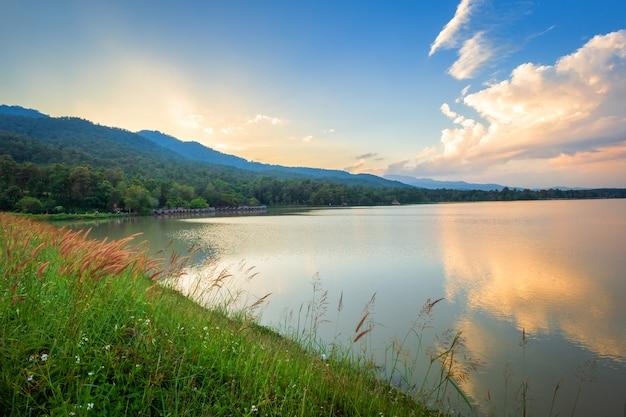 Vue panoramique du réservoir huay tueng tao avec forêt de montagne
