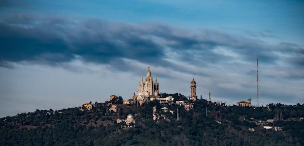 Vue panoramique du tibidabo à barcelone.